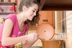 Mulher no cozimento da cozinha Fotografia de Stock
