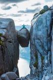 Mulher no curso de Kjeragbolten em Noruega Fotografia de Stock