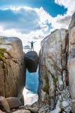 Mulher no curso de Kjeragbolten em Noruega Fotos de Stock