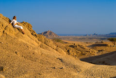 Mulher no deserto Fotografia de Stock Royalty Free