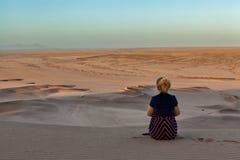 Mulher no deserto de Namib fotografia de stock royalty free