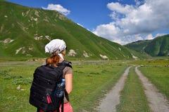 Mulher no desfiladeiro de Truso perto da cidade de Kazbegi Foto de Stock Royalty Free