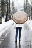 Mulher no dia chuvoso e nevado Fotografia de Stock