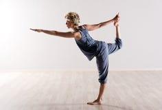Mulher no equilíbrio perfeito ao guardar o pé Fotos de Stock Royalty Free