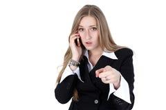 Mulher no equipamento do negócio que fala ao móbil Imagem de Stock