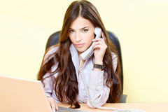 Mulher no escritório Imagens de Stock Royalty Free