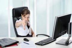 A mulher no escritório alcanga uma sentença. Imagens de Stock