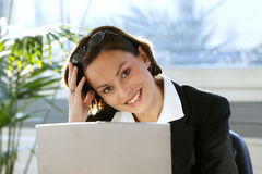 Mulher no escritório com computador portátil Imagens de Stock