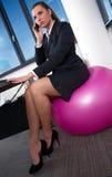 Mulher no escritório com telefone móvel imagem de stock royalty free
