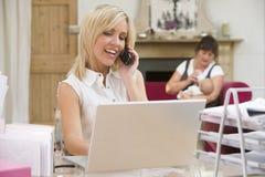 Mulher no escritório home com matriz e bebê Fotos de Stock