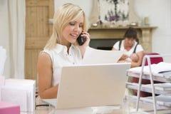 Mulher no escritório home com matriz e bebê Fotos de Stock Royalty Free