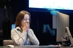 Mulher no esforço na frente do computador Gerente de hotel foto de stock