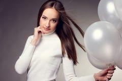 Mulher no estúdio com balões brancos Imagens de Stock