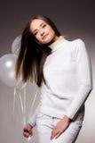 Mulher no estúdio com balões brancos Foto de Stock