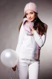 Mulher no estúdio com balões brancos Fotos de Stock