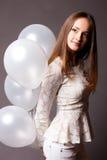 Mulher no estúdio com balões brancos Foto de Stock Royalty Free