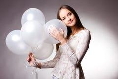 Mulher no estúdio com balões brancos Imagem de Stock Royalty Free