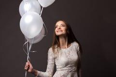 Mulher no estúdio com balões brancos Imagens de Stock Royalty Free