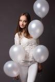 Mulher no estúdio com balões brancos Fotos de Stock Royalty Free