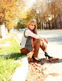 Mulher no estilo retro em uma rua da cidade no outono fotos de stock