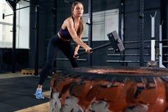 Mulher no exercício de CrossFit com martelo fotos de stock