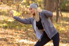 Mulher no exercício do protetor do encaixotamento no conceito do esporte da floresta foto de stock royalty free