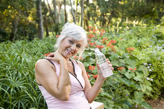 A mulher no exercício veste a água bebendo no parque Imagem de Stock Royalty Free