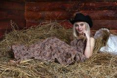 Mulher no feno Imagem de Stock Royalty Free