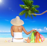 Mulher no feriado pela praia com sacos de compras Imagens de Stock