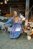 Mulher no fio de giro tradicional do vestido e do lenço nos tempos do ` do festival e no ` das épocas em Moscou imagens de stock royalty free