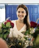Mulher no florista foto de stock