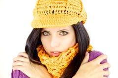 Mulher no frio de sentimento do inverno com chapéu e lenço Fotografia de Stock Royalty Free