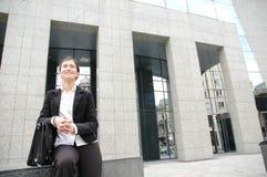 Mulher no fron de um edifício corporativo Imagem de Stock Royalty Free