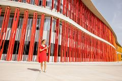 Mulher no fundo vermelho da parede Imagens de Stock Royalty Free