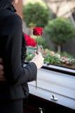 Mulher no funeral com caixão fotografia de stock