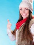 Mulher no gesto de lã da aprovação do tampão do inverno Foto de Stock Royalty Free