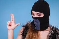 Mulher no gesto, no crime e na violência da arma do passa-montanhas Imagens de Stock
