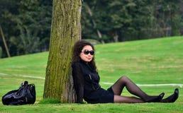 A mulher no gramado Fotografia de Stock Royalty Free