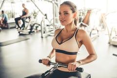 Mulher no gym foto de stock