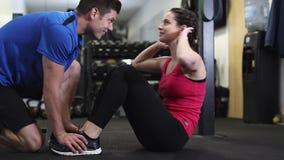 Mulher no Gym que faz Sit Ups video estoque