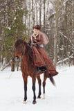 Mulher no hábito de equitação marrom imagens de stock