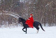 Mulher no hábito de equitação vermelho fotografia de stock royalty free