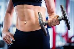 Mulher no halterofilismo que levanta peso no gym Imagens de Stock