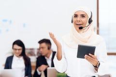 A mulher no hijab está no centro de atendimento fotos de stock