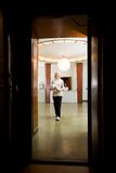 Mulher no interior velho dos termas Fotografia de Stock Royalty Free