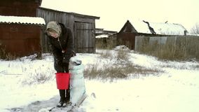 A mulher no inverno veste-se em uma cubeta no poço filme