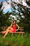 Mulher no jardim da maçã fotos de stock royalty free