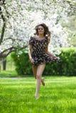 Mulher no jardim de florescência fotografia de stock royalty free
