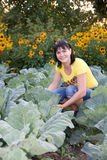 Mulher no jardim vegetal Imagem de Stock Royalty Free