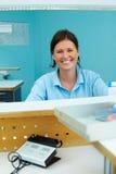 Mulher no laboratório dental fotos de stock royalty free